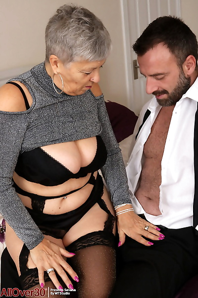 Older granny Savana bares..