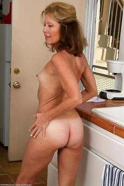 Mature MILF Janet L doffs..