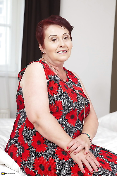 Hot old granny displays her..