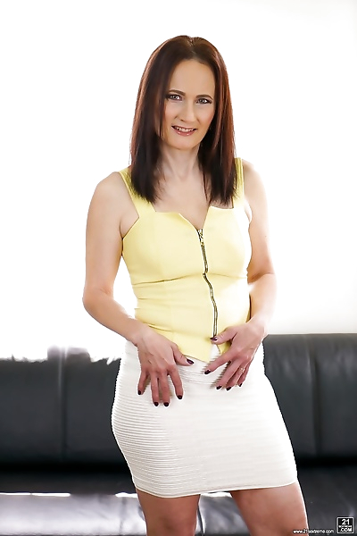 Mature Alice Sharp rides a..