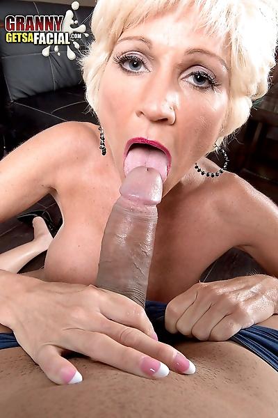 MILF Niki wraps her..