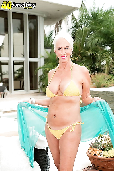 Busty mature lady showing..
