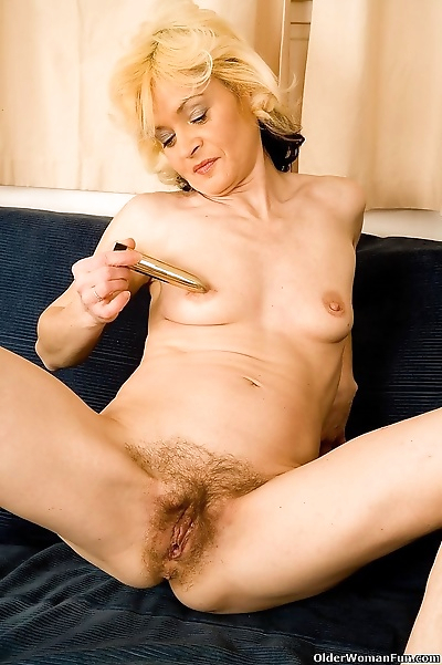 Blonde milf hannah spreads..