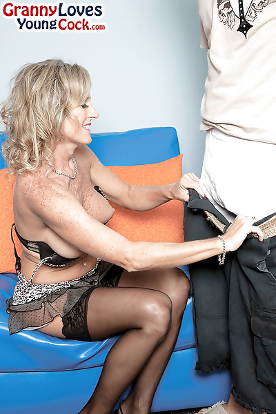 Topless mature mom eats her..