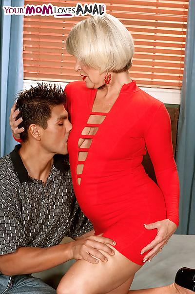 Mature lady seduces the..